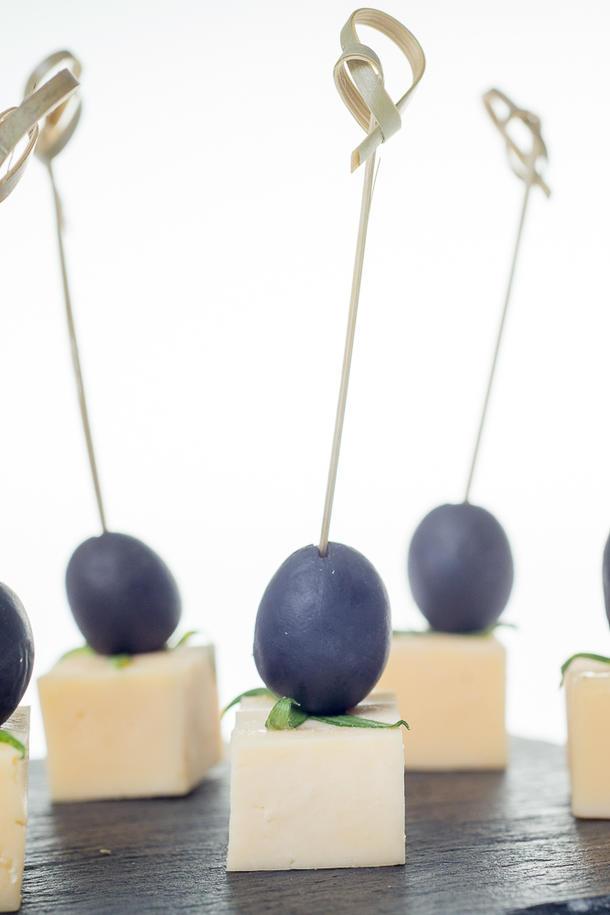 Канапе сыр Голландский и виноград