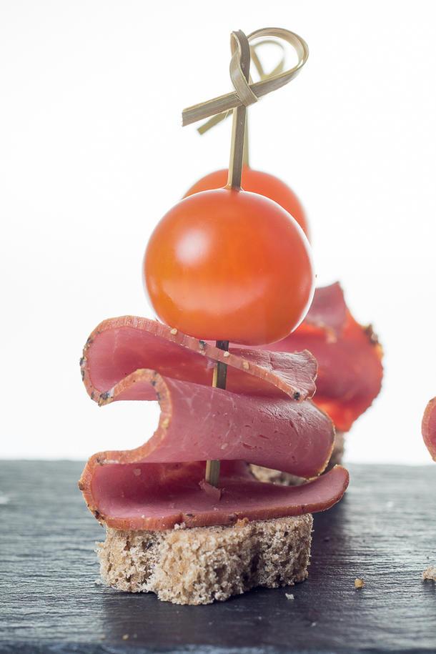 Канапе-кораблик с копченым мясом и черри на бородинском хлебе