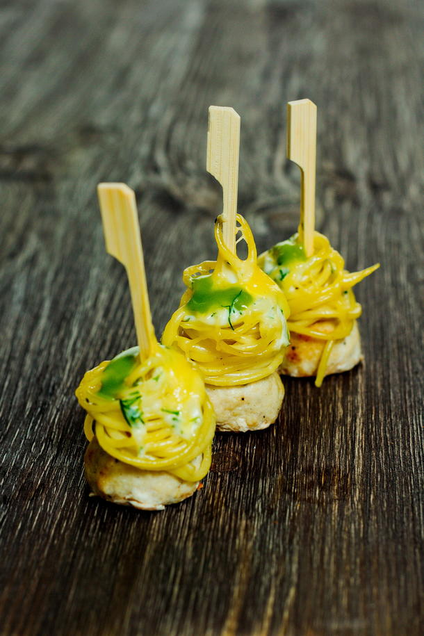 Чикенболс со спагетти и соусом на шпажке