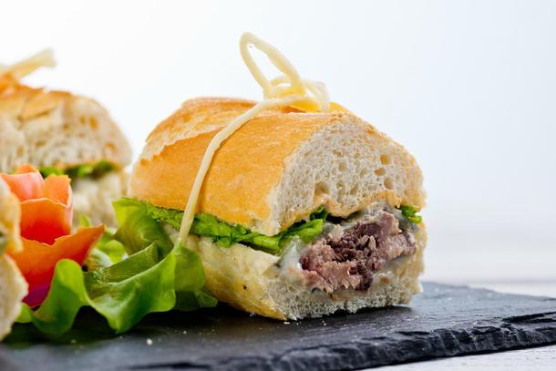Сендвич с французским багетом с тунцом