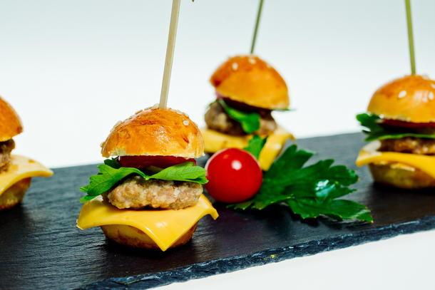 Мини-бургер с говяжей котлетой  по-американски