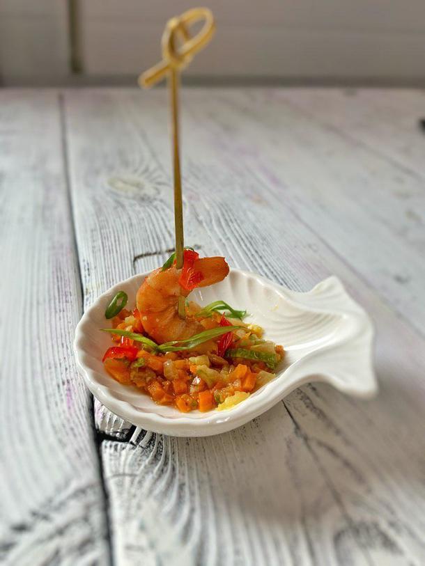 Креветка на тартаре из овощей с вареньем из перцев чили