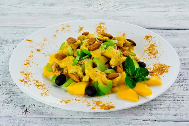 Салат из стеблевого сельдерея, курицы и с манговым чатни