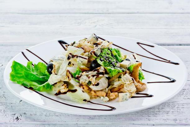 Салат из сыра дорблю с курицей, виноградом и  кедровыми орешками