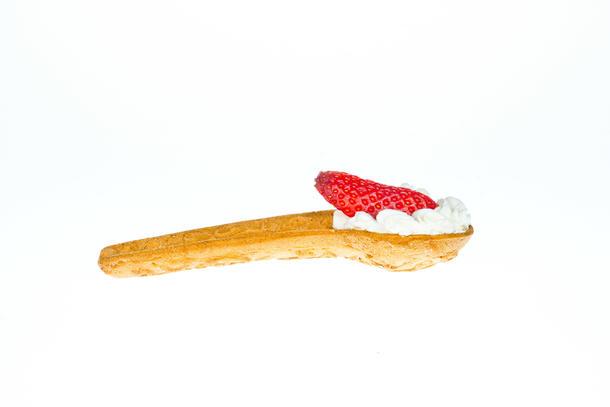 Хрустящая десертная вафельная ложка с нежным сливочным кремом и клубникой